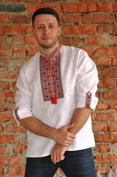 Белая рубашка-вышиванка для уверенного в себе мужчины