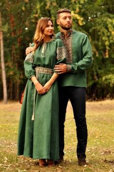 Впечатляющий комплект из мужской вышиванки глубокого зеленого оттенка и женского вышитого платья в пол