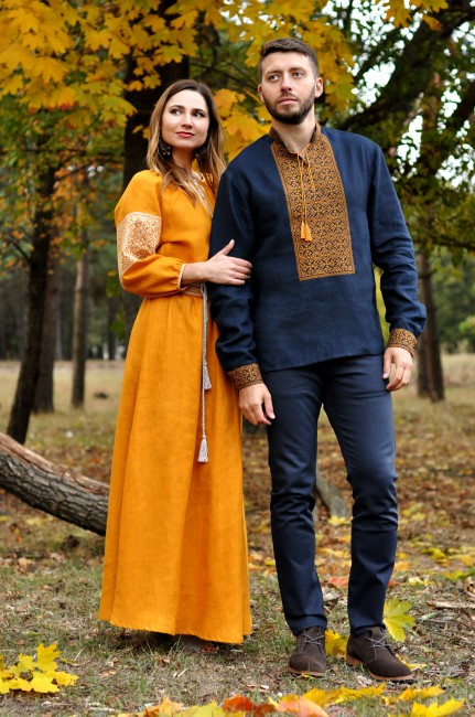 Элегантный комплект для пары - мужская рубашка с богатой вышивкой и женское длинное платье горчично-желтого цвета