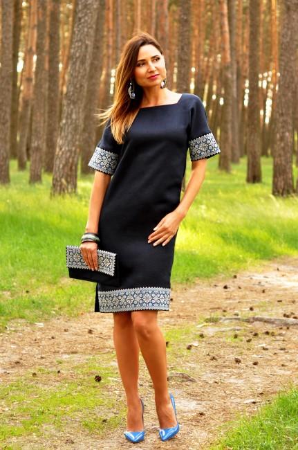Вышитое платье прямого кроя с цельнокроеным рукавом