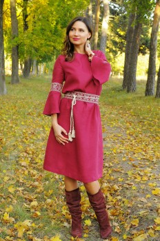 Льняное платье А-силуэта с вышитым поясом