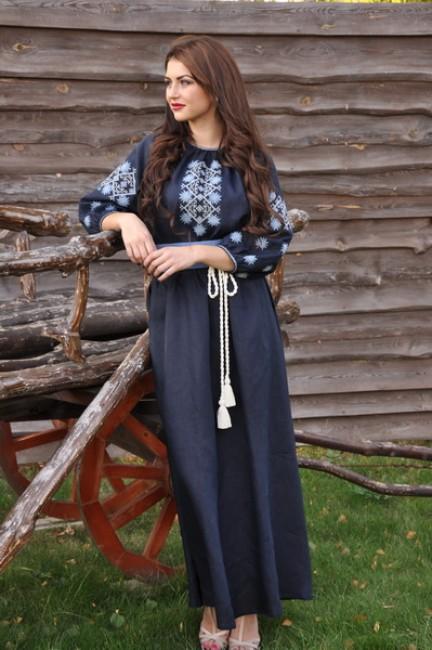 Длинное синее платье в пол с геометрическим орнаментом