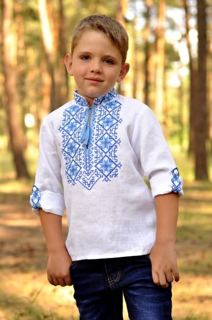 Вышиванка для мальчика с традиционным сине-голубым орнаментом