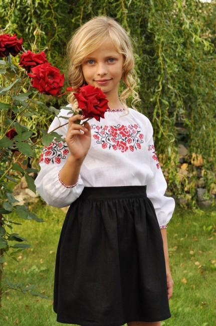 Біла блуза для дівчинки з традиційною вишивкою