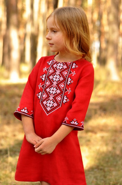 Яскрава дитяча сукня з вишивкою з натуральної тканини
