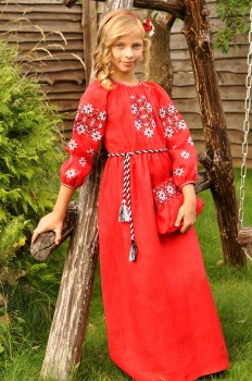 Длинное красное платье для девочки с выразительной вышивкой