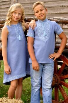 Летний комплект для детей - вышитая рубашка для мальчика и платье с вышивкой для девочки цвета денима