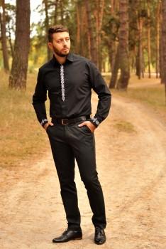 Черная мужская рубашка приталенного кроя с лаконичной вышивкой