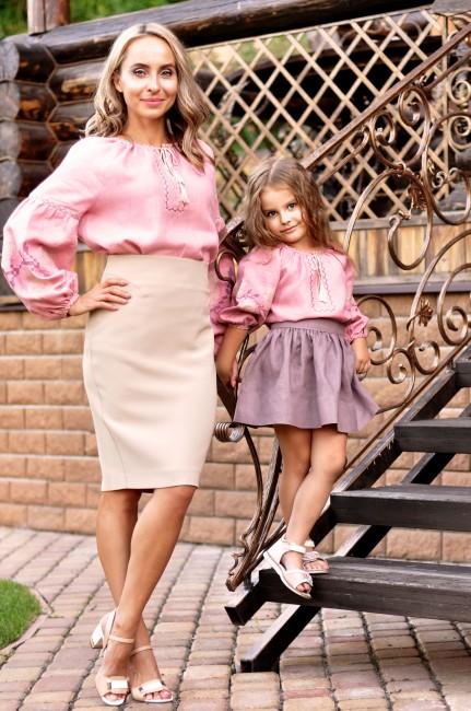 Комплект вишиванок для мами і доньки з натуральної тканини з вишитими трояндами