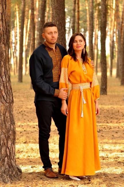 Елегантний комплект для пари - чоловіча сорочка з багатою вишивкою і жіноча довга сукня гірчично-жовтого кольору