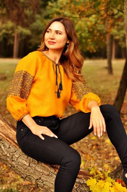 Женская блуза с выразительной вышивкой