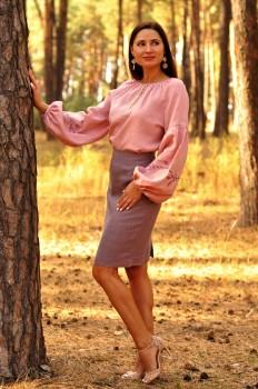 Жіночна вишиванка з ніжним візерунком пудрового рожевого відтінку