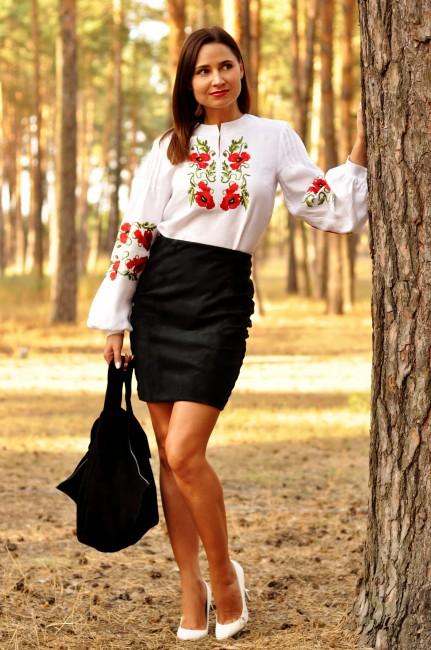 Жіноча біла блуза з вишитими маками