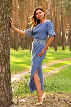 Длинное вышитое платье с цельнокроеным рукавом