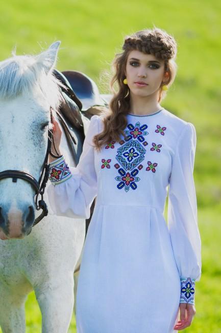 Изящное платье в национальном стиле с богатой вышивкой