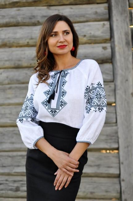 Жіноча блуза з чорною вишивкою