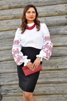 Женская вышиванка с традиционной украинской вышивкой