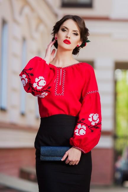 Шикарная женская блуза красного оттенка с вышитыми белыми розами