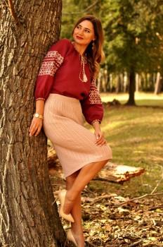 Жіноча блуза з вишивкою глибокого винного відтінку