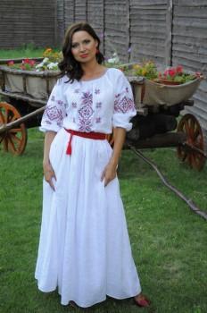 Белое льняное платье с вышивкой