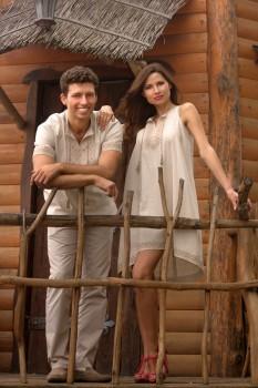 Вышитая мужская рубашка с коротким рукавом и женское расклешенное платье с американской проймой